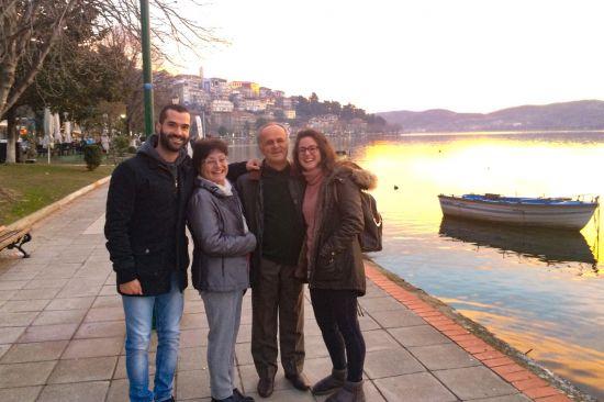 Andreas (links) met zijn gezin (winter in Kastoria)