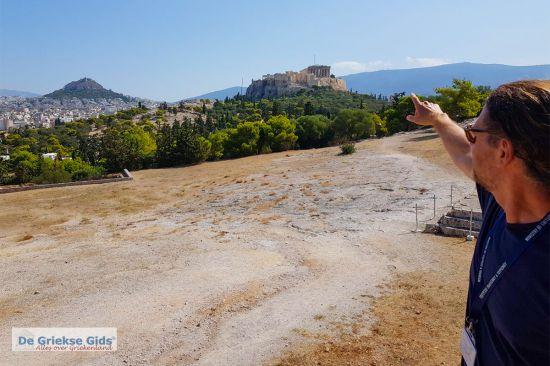 Arjiris wijzend naar de Akropolis