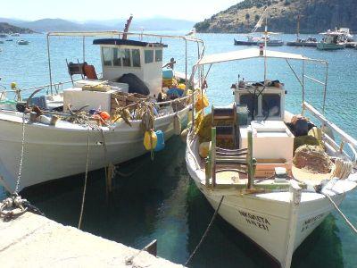 Twee vissersbootjes aan de haven van Tolo - Foto van alice41