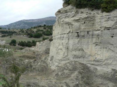Rotsformatie met nesten bij Aliakmona - Foto van anna