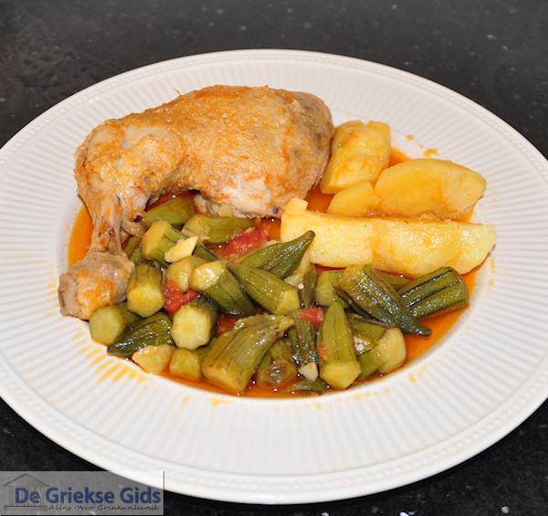 Bamies - okra met kip, een recept uit Griekenland
