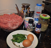 Bifteki me tiri - gevulde gehaktballetjes