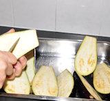 Papoutsaki - de aubergines wassen en snijden