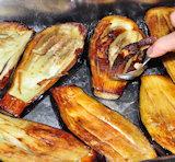 Papoutsaki - het vruchtvlees uit de aubergines halen en bewaren.