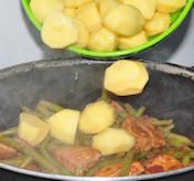 De aardappels erbij