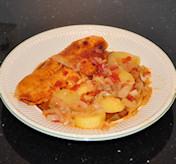 Vis in de oven met tomatensaus en uien